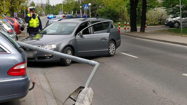 """Ściął latarnię, uszkodził trzy auta. """"Miał prawie dwa promile alkoholu"""""""