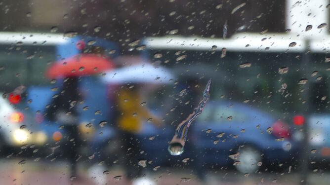 Prognoza pogody na dziś: deszczowo, ale do 28 st. C. Burze sprowadzą grad