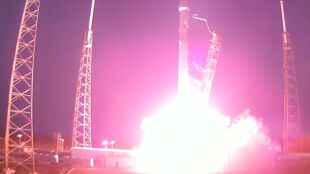 Wykonała misję, ale rozbiła się przy lądowaniu. Połowiczny sukces rakiety Falcon 9