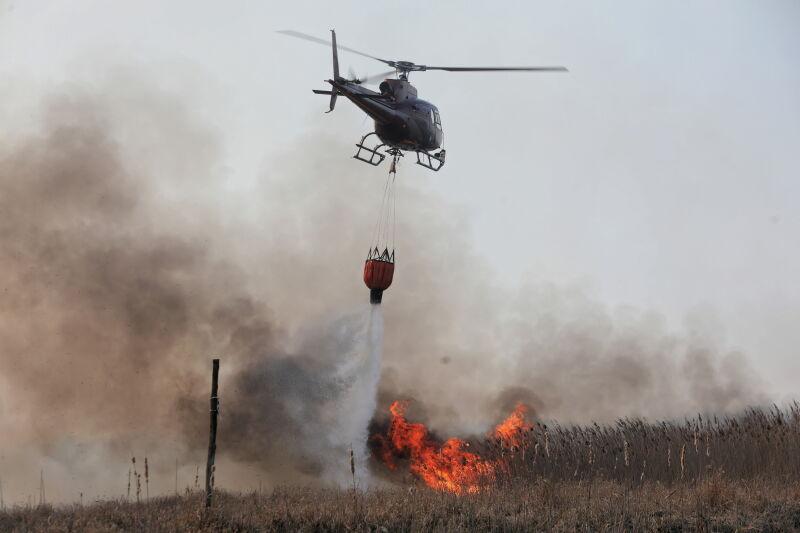 Śmigłowiec podczas akcji gaszenia pożaru w Biebrzańskim Parku Narodowym w pobliżu wsi Wroceń, 22 kwietnia 2020 (PAP/Artur Reszko)